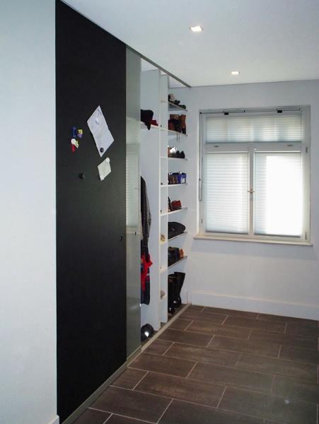 Garderobe stauraum roterpunkt architekten for Einbauschrank garderobe modern